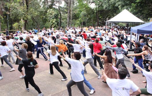 Prática aberta de Lian Gong para a população,